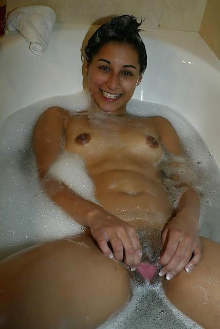 nahate hue bhabhi ne chut dikhai   indian porn photo