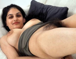 Hairy Indian aunty - Chut par nikli bal ki dukan