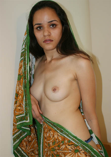 Sexy Indian ladki saree me apne boobs dikha rahi hai