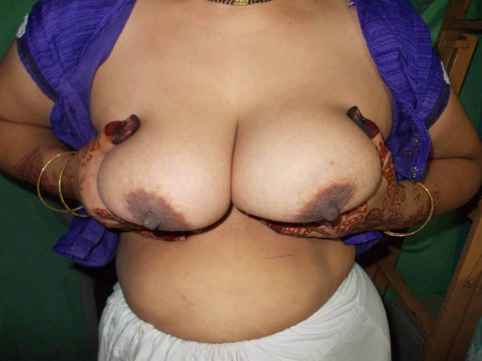 aunty-ke-bade-boobs