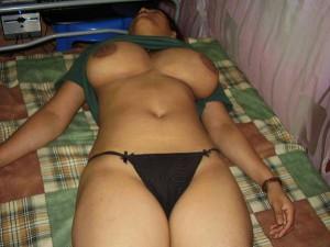 Soyi hui bhabhi ke boobs khole