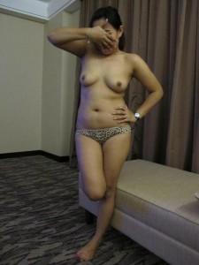 Office ki randi Urmeela ke sexy boobs ka photo