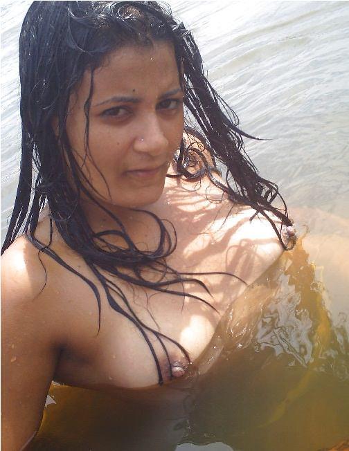 Nadi me nangi bhabhi