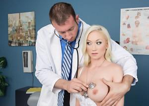 Doctor ne boobs bahane se dabye