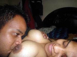 Maje se aunty ke boobs chuse