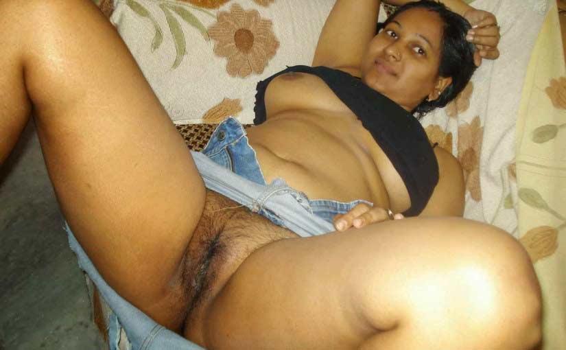 Indian mummy apna desi bhosda khol ke baithi hai