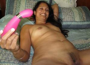 Aunty is tedhe dildo yani ki sex toy ko dekh ke hans padi