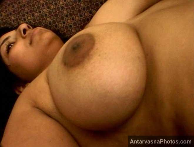 Hot Indian bhabhi ke bade boobs ko dabaya