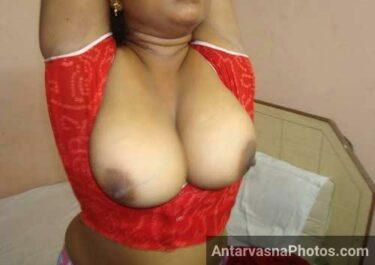 Indian wife ne blouse khol ke boobs bahar kar diye