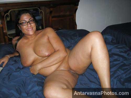 Aunty ji ne ab bed me lambe ho ke taange khol ke chut ko hawa di