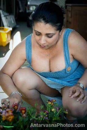 Mami ji garden me kam kar rahi thi aur main uska desi cleavage aur panty dekh raha tha
