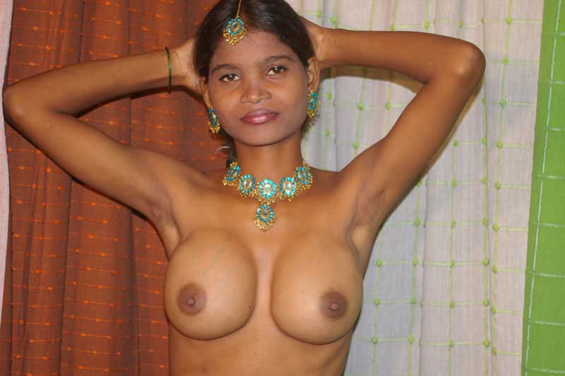 Desi kamwali ne apne hot boobs khol ke dikhaye