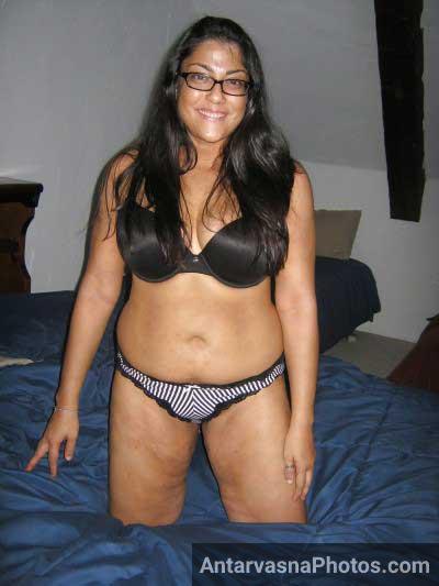 Busty Indian aunty ki bra panty wali photo