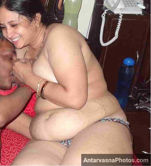 Nude Indian bhabhi ke boobs chuse Anant ne