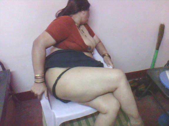 kamwali aunty ne bade bums aur hairy chut dikhai   desi pics