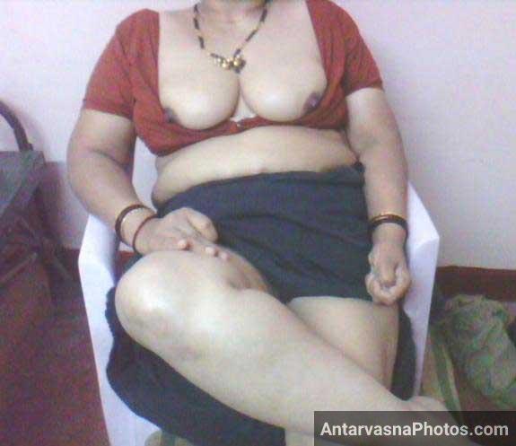 Apne blouse ko dheela kiya kamwali aunty ne aur nipples bhi bahar kar di