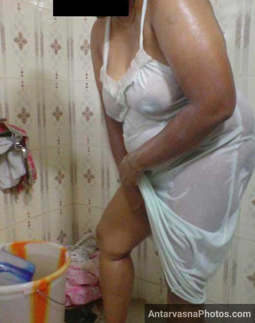 Nude Indian aunty apni chut me sabun laga rahi hai