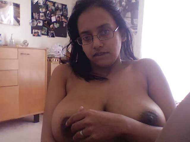 Busty Indian bhabhi ne apne boobs ko webcam par expose kiya