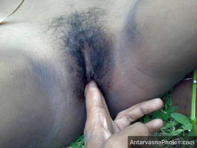 Desi bhabhi ki hairy chut me ungli daali - Desi sex photo