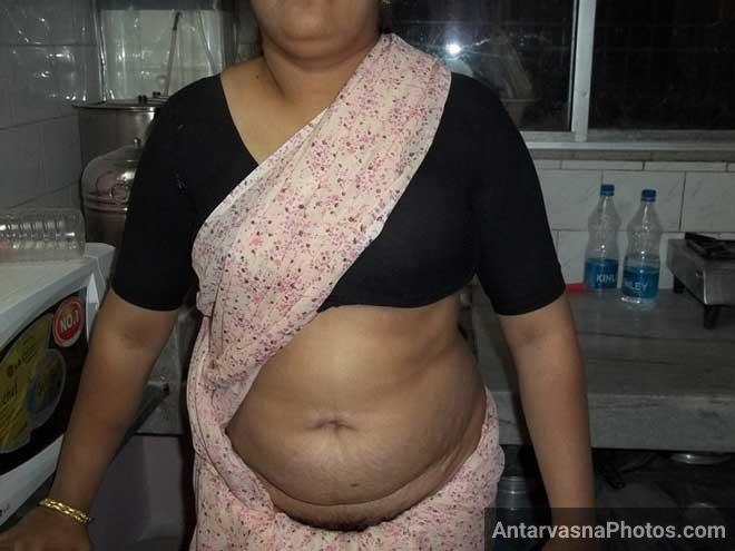Meri hot Indian mom saree me apne badan ko dikha rahi hai