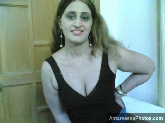 Pakistani teacher Nagma khan ke bur aur boobs ke pics