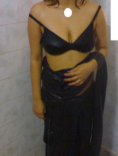 Bathroom me bhige hue boobs aur deep desi cleavage