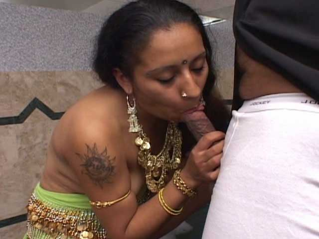Office bhabhi sucking dick nicely - Indian sex pics