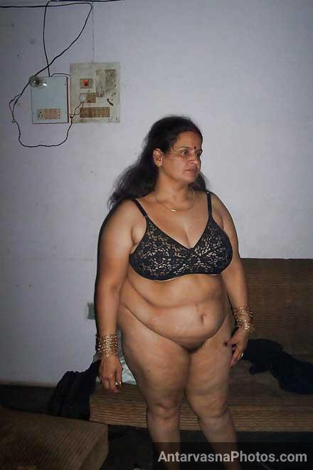 Mosi ji ne apne bade boobs dikhane ke lie kapde khole