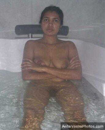 Bathtub me paisewali bua ne apni desi chut dikhai