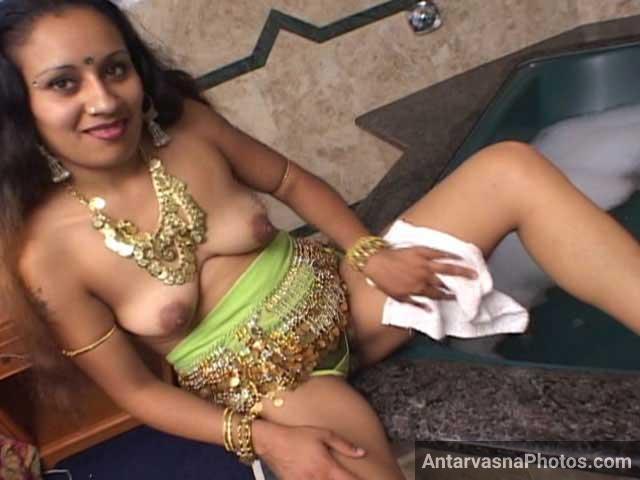 Twerking naked hot babe