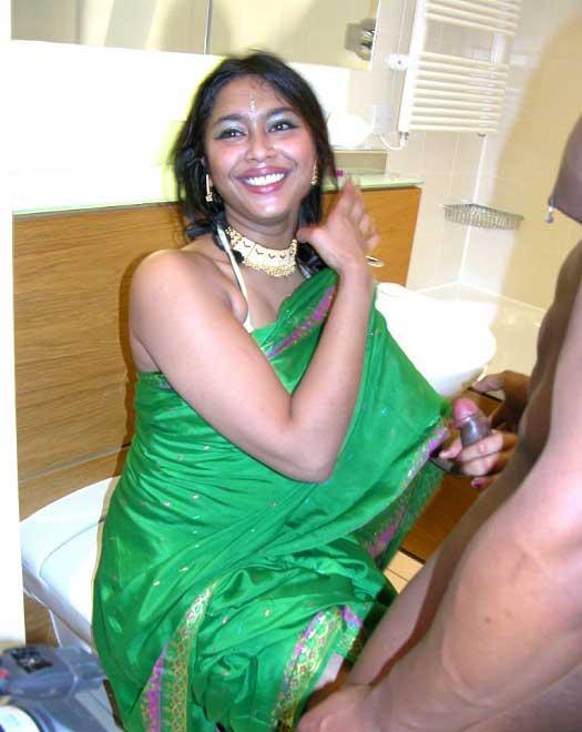 Chudasi bhabhi in hot saree pics