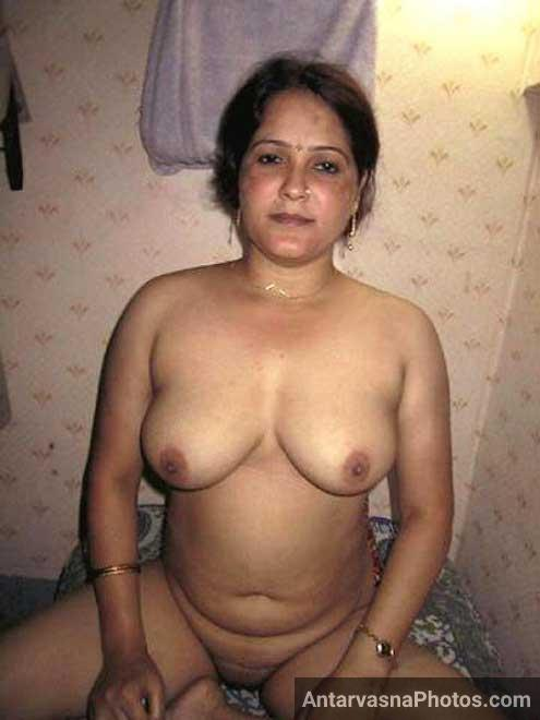 Hot Indian aunty boobs dikha rahi hai