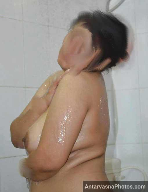 Big desi boobs wali aunty ke bathroom pics