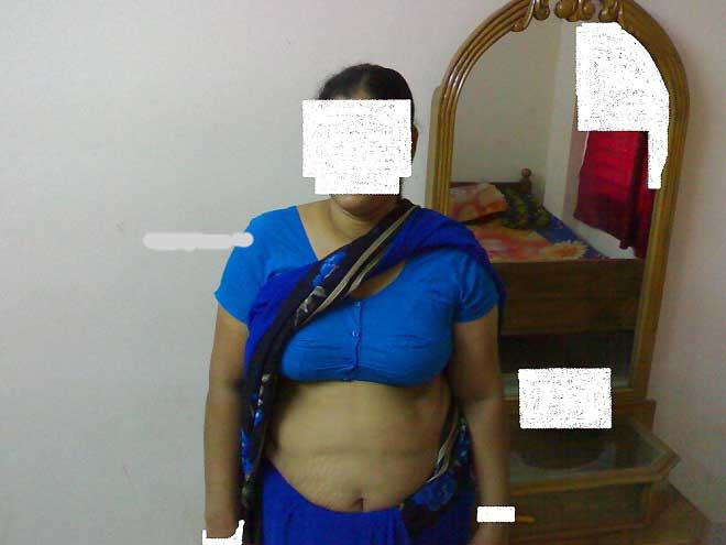 Kaya aunty ne apna blouse khola to uske boobs bahar dikhe