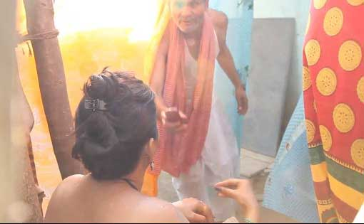 Sasur apne bete ka call aaya to bathroom me ghus aaya