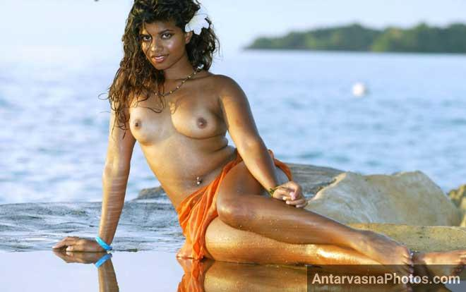 Desi Indian model beach par apne boobs khol ke baith gai