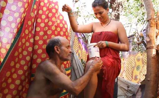 Kamar ke baad jaangh par bhi sabun laga diya - Sexy bahu hot pics