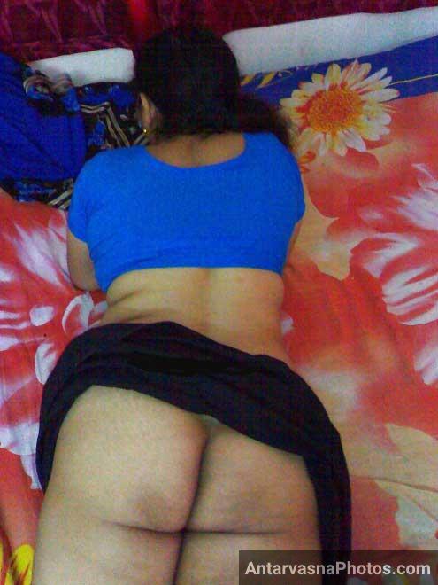 Bed par let ke Kaya aunty ne apni sexy gaand dikhai