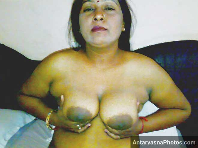 Mummy ne boobs ko pakad ke hilaye - Desi mom hot pics