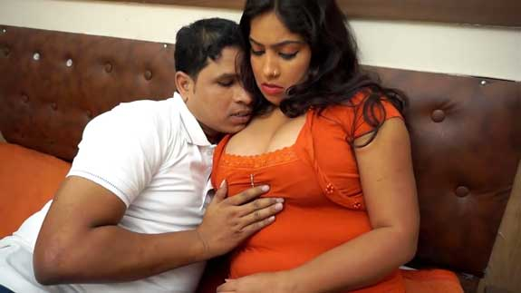 Orange top wali hot office bhabhi ke boobs dabaye