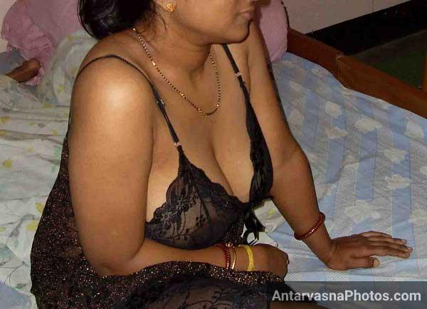 Chudasi bhabhi ke boobs nighty me se bahar dikh rahe he