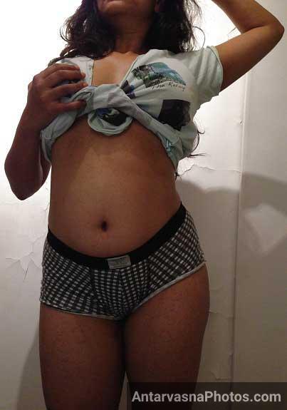 Reema bhabhi apna sexy badan dikha rahi he