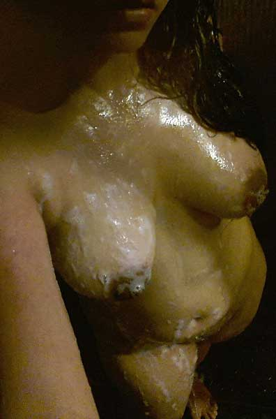 Chudasi bhabi ne apne boobs par sabun lagaya