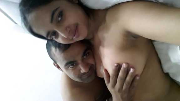 Sexy Indian bhabhi ne boobs chusa ke apni selfie bhi li