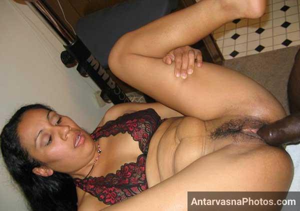 Indian aunty ne apni chut me kala lund fit karwa liya - Sexy pics
