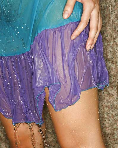 Transparent kapde pahan ke bahan naha rahi he - Indian bathroom sex pics