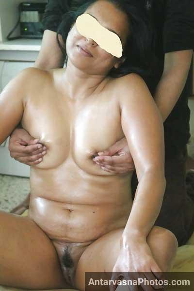 Tel laga ke aunty ke boobs ka massage kiya