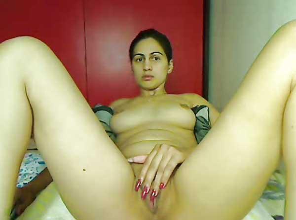 Chudasi bhabhi ne webcam par apni geeli chut kholi