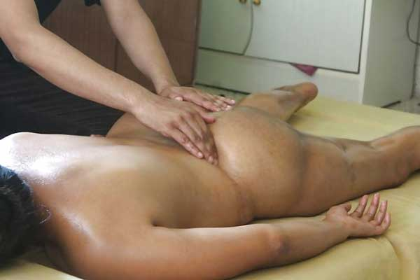 Aunty ke gaand ka bhi massage kar diya