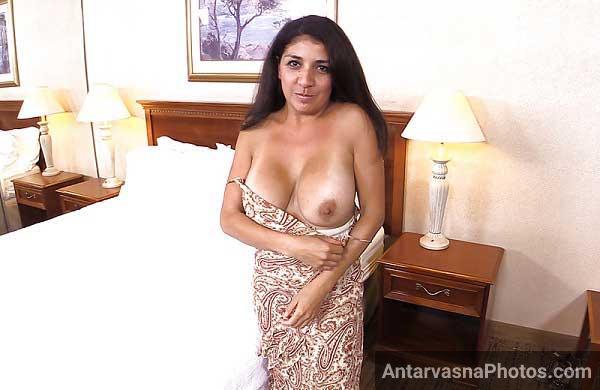 Sexy aunty ne dhire se apne top ko khol ke chunchiya dikhai